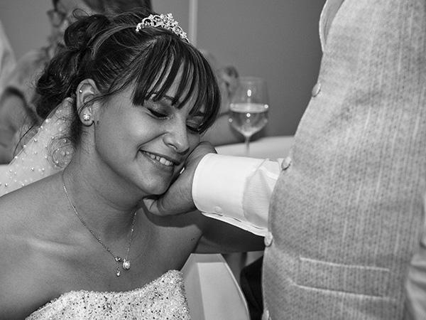 Foto: Wilhelm Watschka Fotografie. Der Bräutigam streicht bei der Hochzeit seiner Gattin über die Wange und diese genießt den Moment.