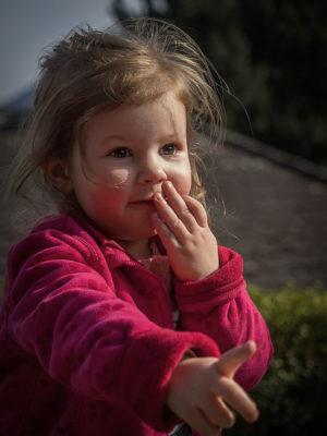 Foto: Wilhelm Watschka Fotografie. Kind zeigt mit den Finger, wo es lang geht.