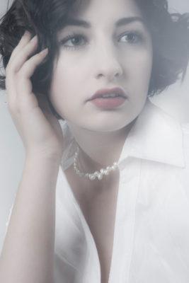 Foto: Wilhelm Watschka Fotografie I Dieses Bild zeigt eine Frau im Coco Chanel Stil. Sehr sinnlich und schön!