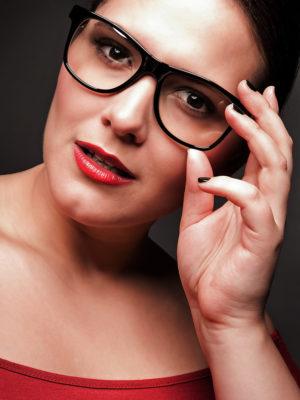 Foto: Wilhelm Watschka Fotografie I Dieses Bild ist ein Portrait Foto einer Frau mit Brille.