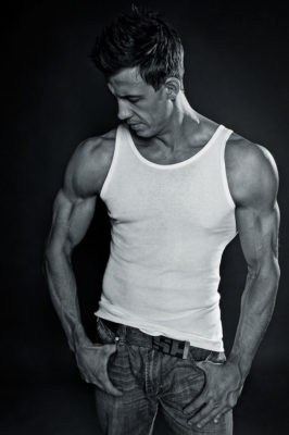Foto: Wilhelm Watschka Fotografie I Dieses Bild zeigt einen muskulösen Mann in schwarz weiss.