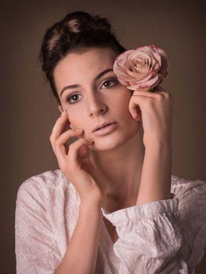 Beauty Porträt einer Frau die eine Rose in der Hand hält. Das Foto wurde von Wilhelm Watschka gemacht.