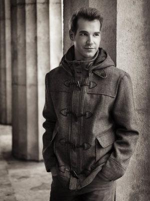 Fotograf: Wilhelm Watschka I Ein Mann steht vor Säulen und schaut in die Ferne.