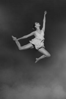 Fotograf: Wilhelm Watschka Fotografie Eine Frau springt förmlich aus dem Nebel.